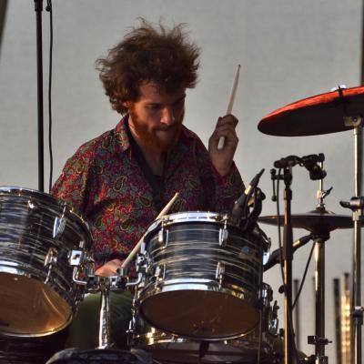 Lancelot McCarrey (batterie, choeurs, saxophone, clavier, thérémine) ; concert avec The Pretty Things à la Guiinguette de Blois, le 08/07/2017